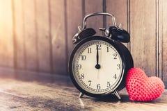 Полюбите часы винтажный тон приурочил часы ` 12 o Стоковые Фотографии RF