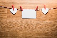 Полюбите шнур сердец валентинки естественный и красный висеть зажимов Стоковые Фото