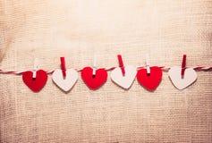 Полюбите шнур сердец валентинки естественный и красный висеть зажимов Стоковое Изображение