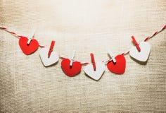 Полюбите шнур сердец валентинки естественный и красный висеть зажимов Стоковое Фото