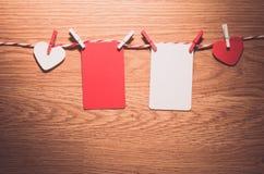 Полюбите шнур сердец валентинки естественный и красный висеть зажимов Стоковое фото RF