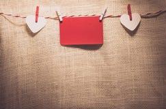 Полюбите шнур сердец валентинки естественный и красный висеть зажимов Стоковые Фотографии RF