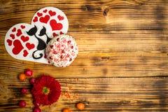 Полюбите famaly карточку, торт сахара, деревянный стол цветков красного цвета Стоковые Фото