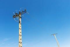 2 поляка электричества против голубого неба Стоковые Изображения