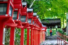 Поляки красного света продолжали вход лестницы к shr Kibune-jinja Стоковые Фото