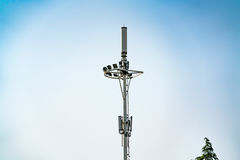 Поляк башни связи, чернь, интернет 4G, wifi с предпосылкой голубого неба Стоковая Фотография