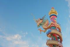 Поляк был обернут вокруг с статуей дракона Стоковые Фото