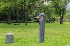 Поляк громкоговорителя в саде Стоковые Изображения RF
