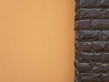 Поляк и апельсин камня темного коричневого цвета цементируют стену Стоковые Фото