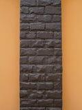 Поляк камня темного коричневого цвета и стена апельсина Стоковое Изображение RF
