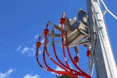 поляк с кабелями и изоляторами высокого напряжения transf напряжения тока Стоковая Фотография RF