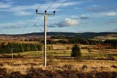 Поляк телеграфа на горе гористой местности Шотландии стоковое изображение