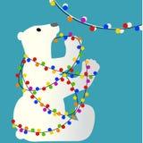 Полярный медведь спутанный в электрических лампочках рождества Стоковая Фотография RF