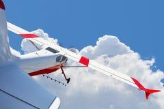 Поля воздушных судн распыляя летая в облака Стоковые Фотографии RF