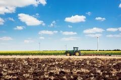 поля вспахивая трактор стоковая фотография rf