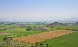 Поля в долине Арарата в армянских гористых местностях стоковые изображения