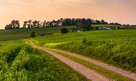 Поля грязной улицы и фермы в сельском южном York County, Pennsyl Стоковое Изображение