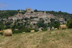 Поля и городок Joucas в Провансали стоковая фотография rf