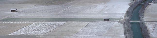 Поля и река на морозный и тускловатый зимний день Стоковое Изображение