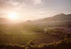 Поля органического сельского хозяйства во время вида с воздуха захода солнца Стоковые Изображения RF