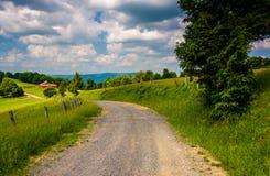 Поля фермы вдоль грязной улицы в сельских гористых местностях Потомак  Стоковая Фотография RF