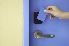 Правая карточка контроля допуска владением для того чтобы пользоваться ключом замок пусковой площадки стоковые изображения