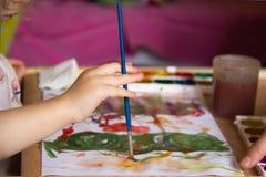 Правая рука ` s детей с щеткой Стоковые Изображения RF