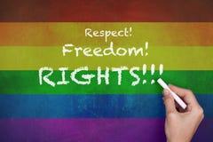 Права свободы уважения на предпосылке флага радуги стоковое изображение rf