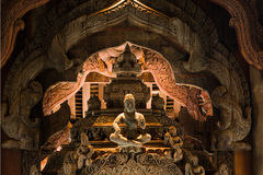 правда thaila скульптуры святилища pattaya деревянная стоковое фото rf