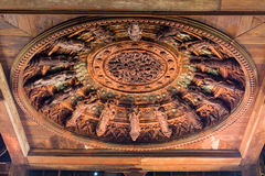 правда thaila скульптуры святилища pattaya деревянная стоковое фото