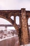 Правильная позиция моста кирпича мост старый стоковые фотографии rf