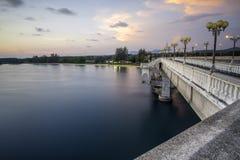 Правильная позиция моста Sarasin соединена между материком Таиланда стоковая фотография rf
