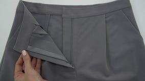 Правильное размещение швов на брюках сток-видео