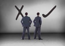 Правильные правые или неправильные чертежи при бизнесмен смотря в противоположных направлениях Стоковые Изображения RF