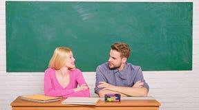 Правильный ответ на их разуме Изучать в коллеже или университете Приложите бесплатно программу Соедините студентов друзей стоковые изображения rf