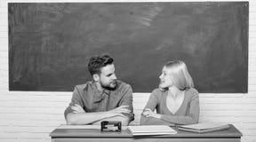 Правильный ответ на их разуме Изучать в коллеже или университете Приложите бесплатно программу Соедините студентов друзей стоковое изображение