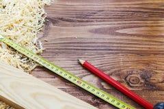Правитель, зубило, карандаш, опилк и shavings плотника инструмента деятельности стоковые фотографии rf