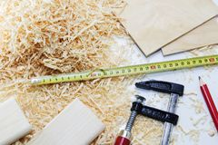 Правитель, зубило, карандаш, опилк и shavings плотника инструмента деятельности Стоковые Фото