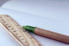 Правитель и ручка Стоковые Изображения