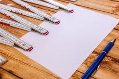 Правитель предпосылки складной и лист бумаги Стоковое Фото