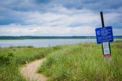 Правила подписывают и песочный путь на пляже Hampton, Нью-Гэмпшир Стоковые Фотографии RF