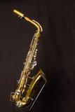 Правильная позиция саксофона альта стоковое фото rf