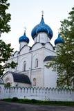 Правоверная восточная церковь с голубыми куполами стоковые изображения rf