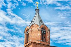 Правоверная или христианская церковь красного кирпича красивейшее голубое небо Стоковые Изображения