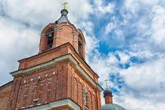 Правоверная или христианская церковь красного кирпича красивейшее голубое небо Стоковые Изображения RF