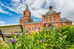 Правоверная или христианская церковь красного кирпича красивейшее голубое небо Стоковые Фото