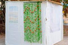 Правоверное еврейское Sukka во время праздника Sukkot в Иерусалиме, Израиле Еврейский фестиваль Sukkot стоковые фото