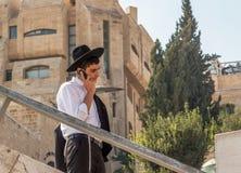Правоверный еврейский человек в Иерусалиме стоковые изображения
