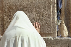 Правоверный еврейский человек молит на западной стене Стоковое Изображение RF