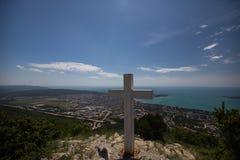 Правоверный крест на горе в Gelendzhik Зона Краснодара Россия 22 05 16 Стоковые Изображения